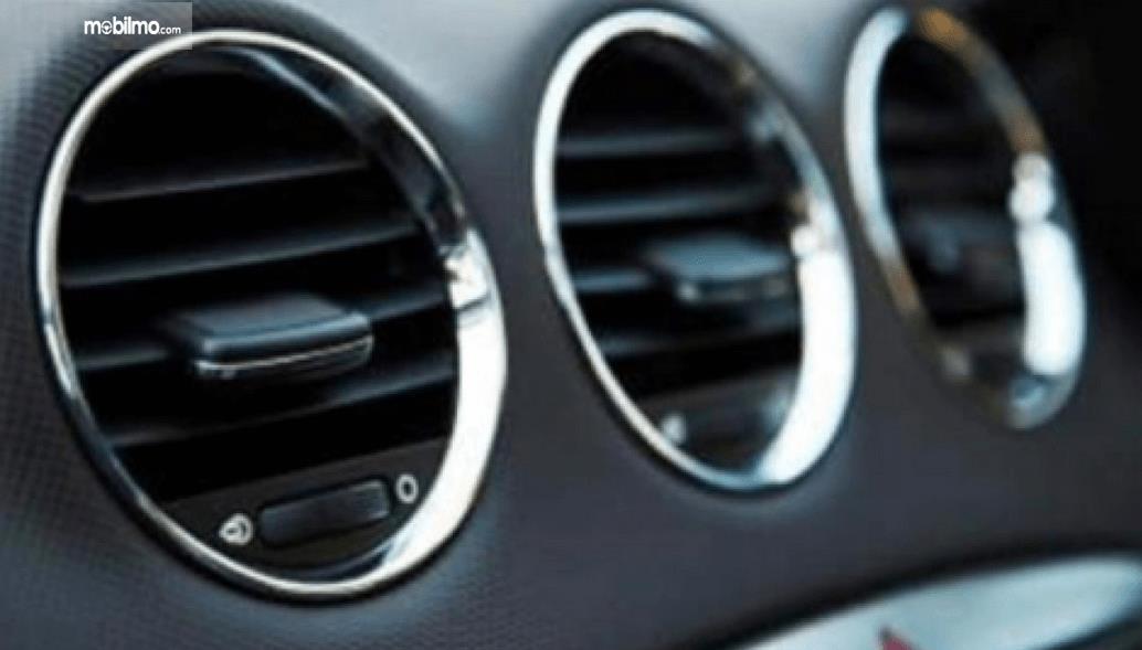 Gambar ini menunjukkan kisi-kisi AC mobil berjumlah 3 buah