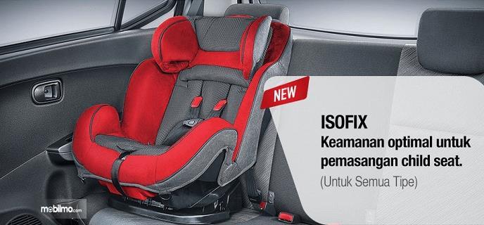 Gambar ini menunjukkan fitur isofix dan terlihat kursi anak pada jok mobil