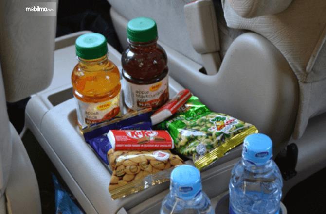 Gambar ini menunjukkan makanan dan minuman yang disediakan di dalam kendaraan