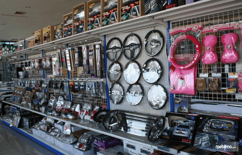 Gambar ini menunjukkan toko aksesoris mobil dengan berbagai komponen