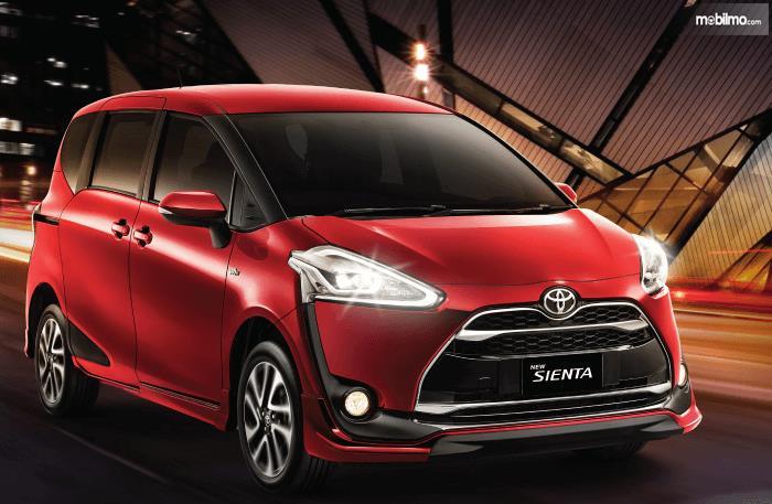 Gambar ini menunjukkan Toyota Siewnta warna merah tampak depan