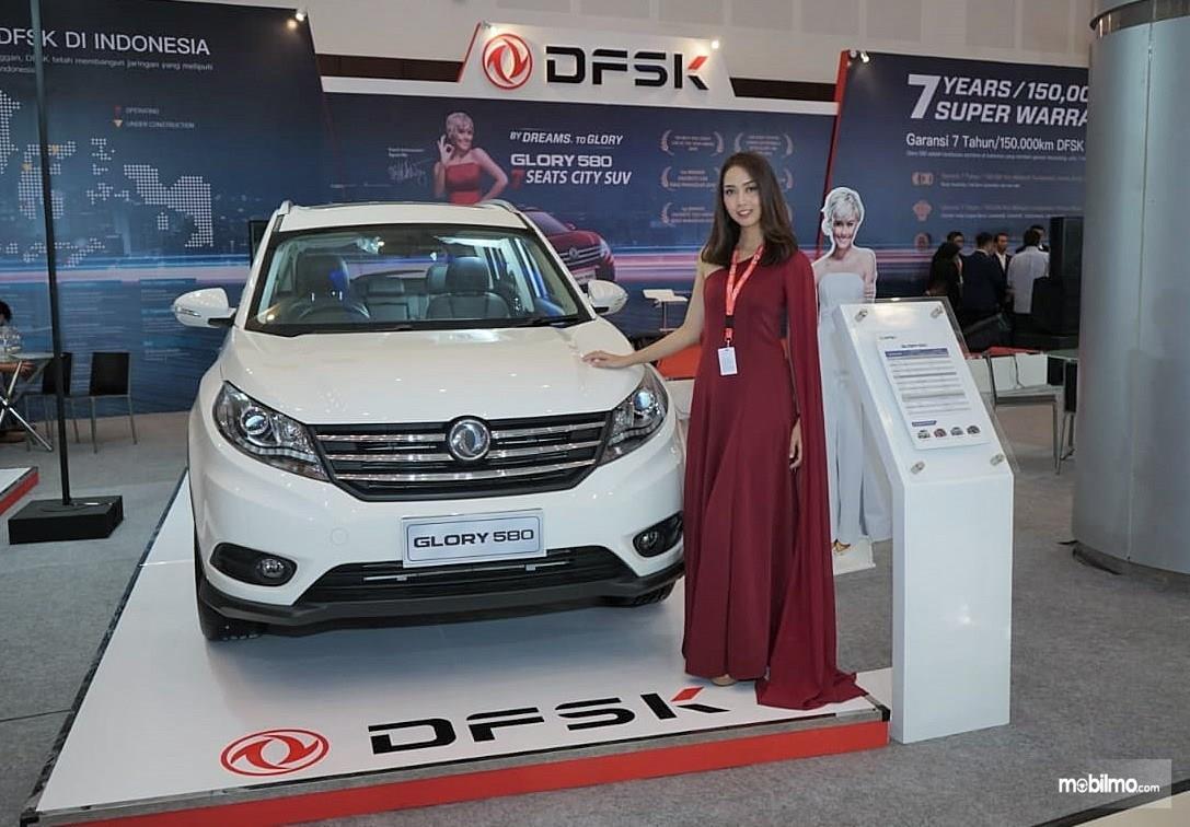 Foto seorang model bersama DFSK Glory 580 di pameran IIMS 2018