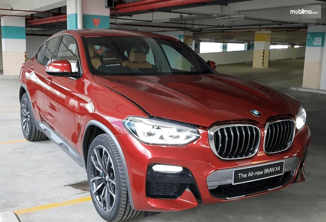 Gambar ini menunjukkan mobil all new BMW X4 2019 warna merah tampak bagian depan