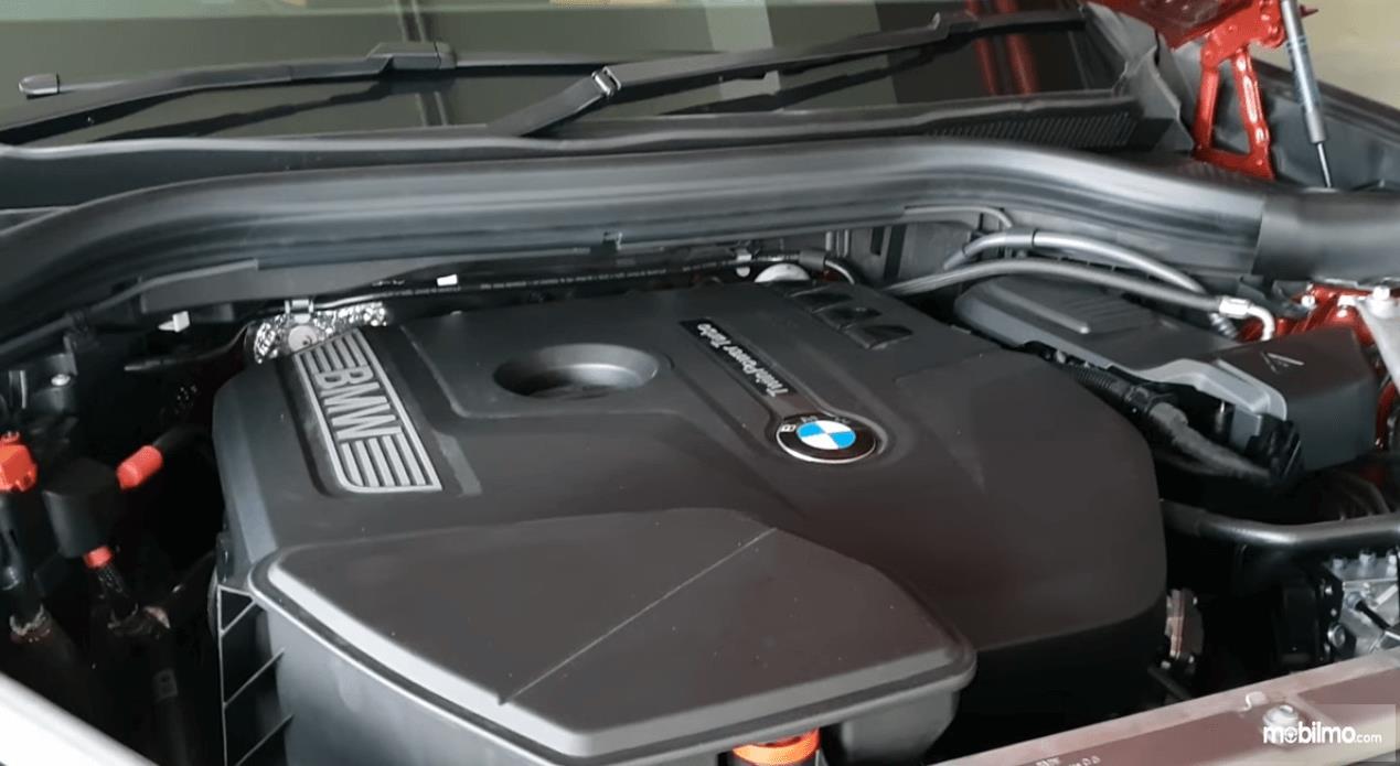 Gambar ini menunjukkan mesin All New BMW X4 2019 dengan tulisan agak besar BMW