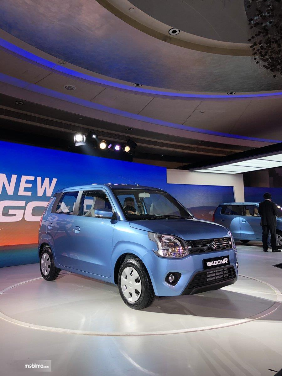 Gambar ini menunjukkan mobil Suzuki Wagon R 2019 warna biru sedang dirilis di India
