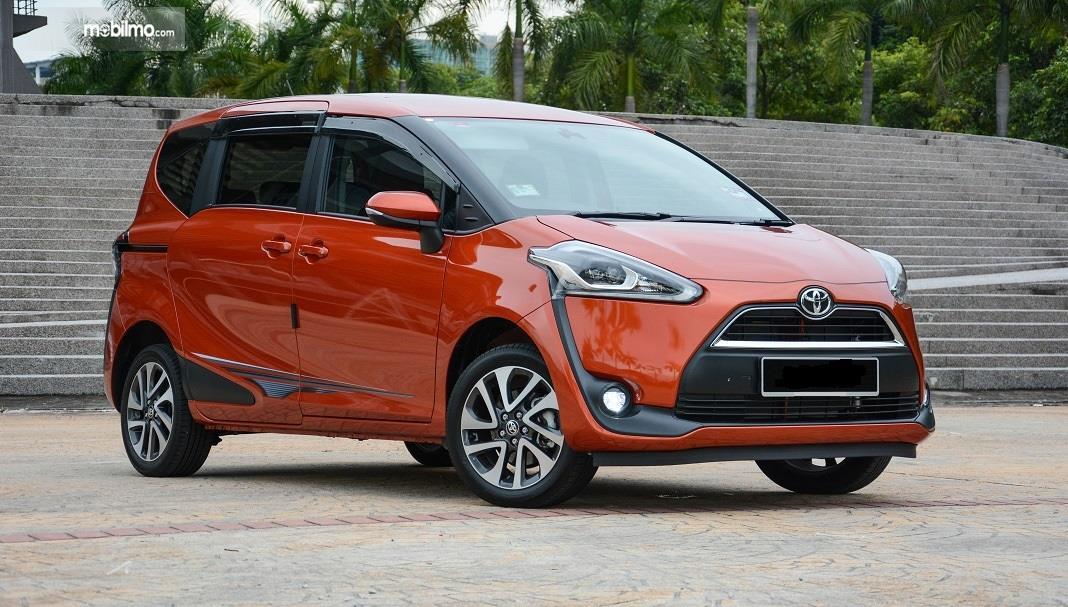 Foto Toyota Sienta tampak dari samping depan