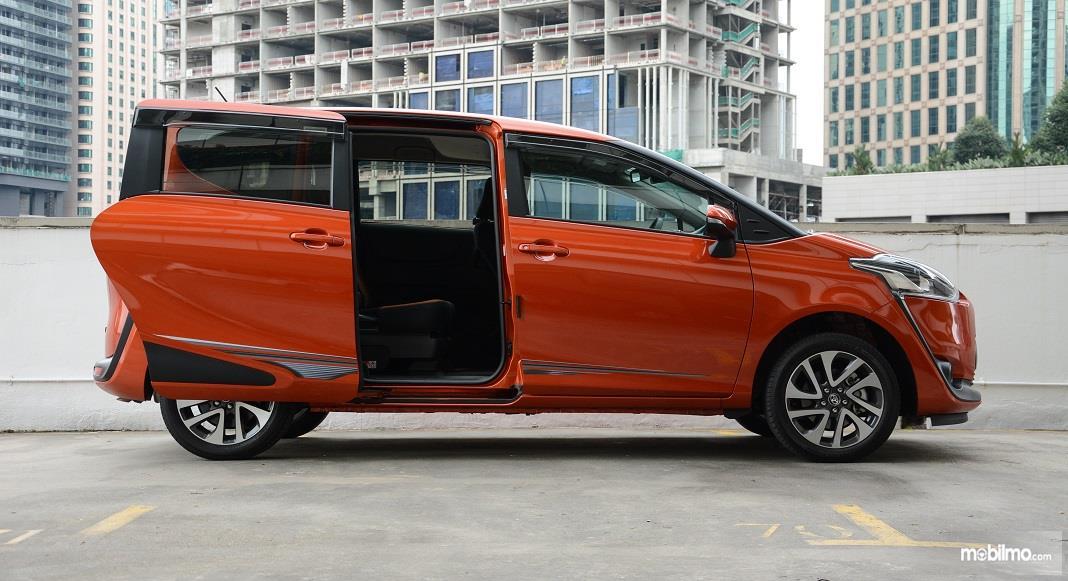 Foto Toyota Sienta tampak samping dengan pintu terbuka