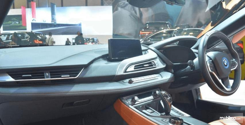Gambar ini menunjukkan dashboarad dan kemudi mobil milik BMW i8 Roadster 2018
