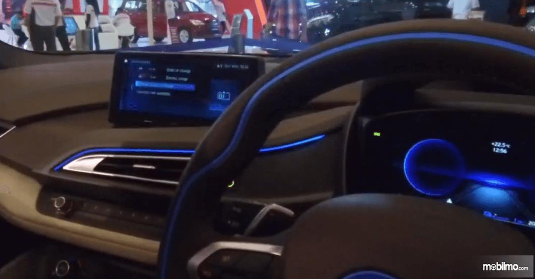 Gambar ini menunjukkan kemudi dan layar pada dashboard mobil BMW i8 Roadster 2018