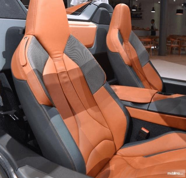 Gambar ini menunjukkan jok mobil  BMW i8 Roadster 2018 2 buah untuk pengemudi dan penumpang