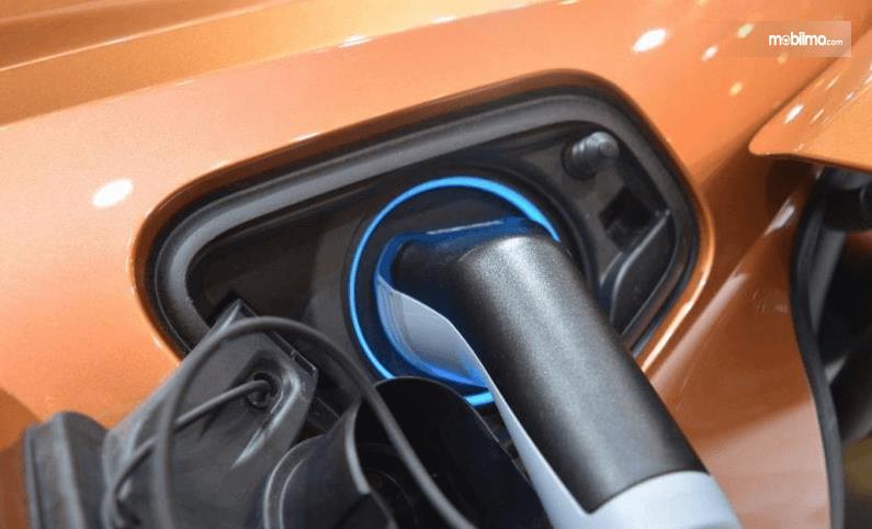Gambar ini menunjukkan tempat pengisi daya pada mobil BMW i8 Roadster 2018