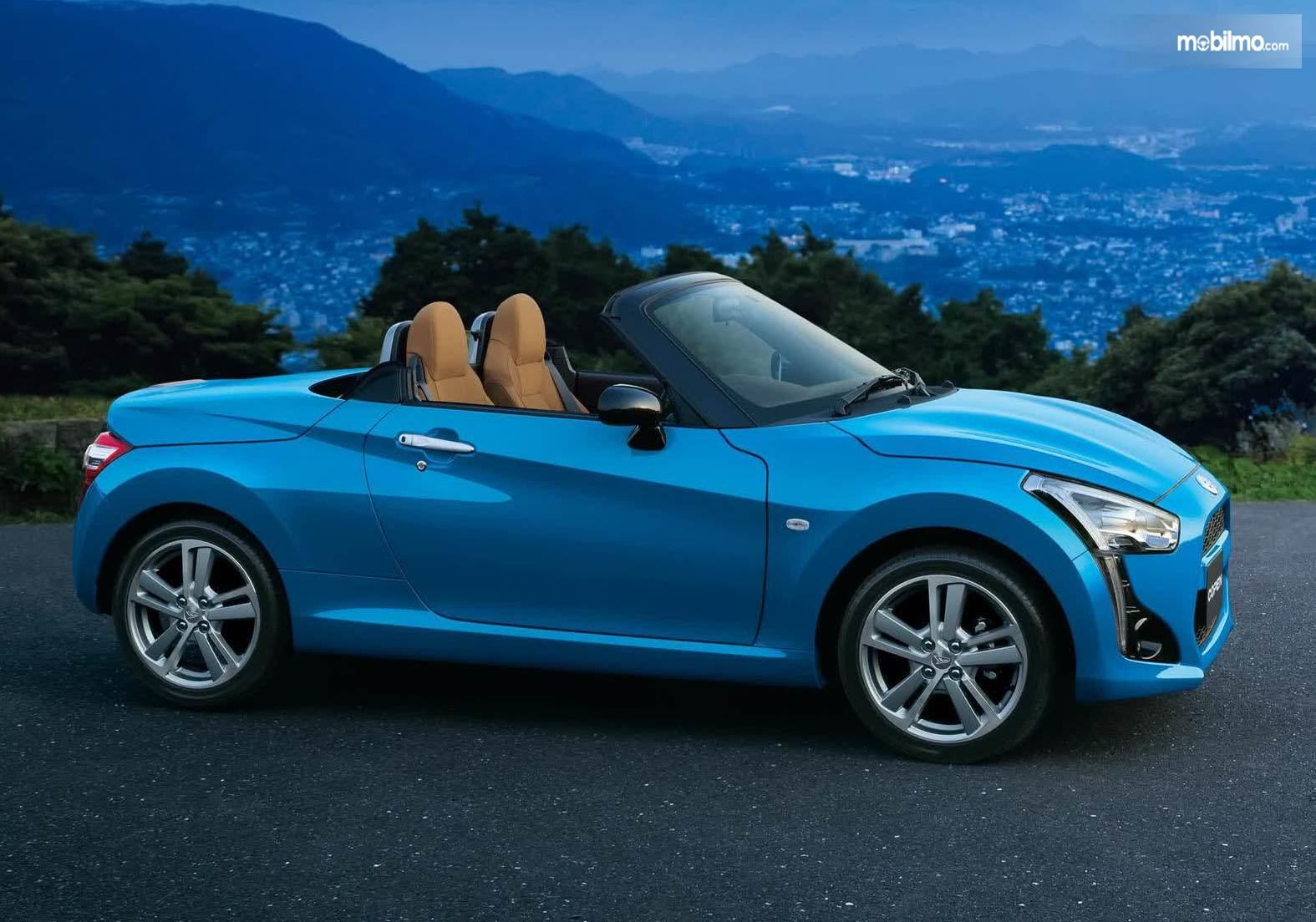 Foto Daihatsu Copen warna biru tampak dari samping