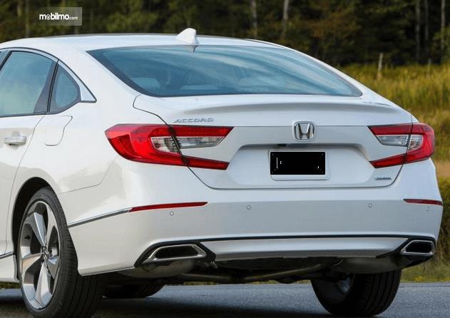 Gambar ini menunjukkan bagian belakang Review Honda Accord Turbo 2019 warna putih