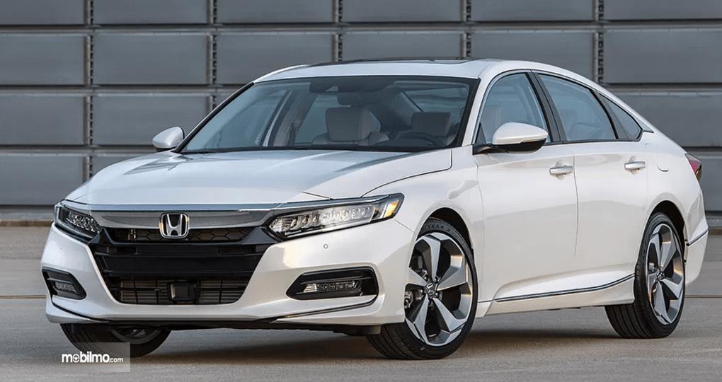 Gambar ini menunjukkan mobil Honda Accord Turbo 2019 bagian depan  warna putih