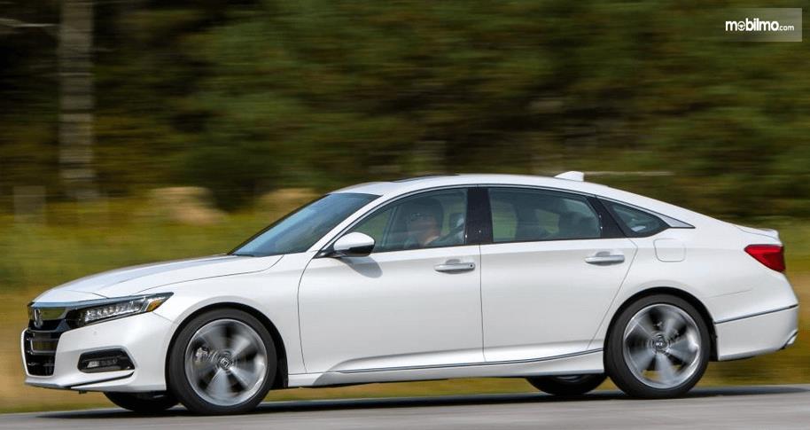 Gambar ini menunjukkan Honda Accord Turbo 2019 warna putih tampak samping