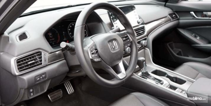 Gambar ini menunjukkan Bagian dashboard dan setir Honda Accord Turbo 2019