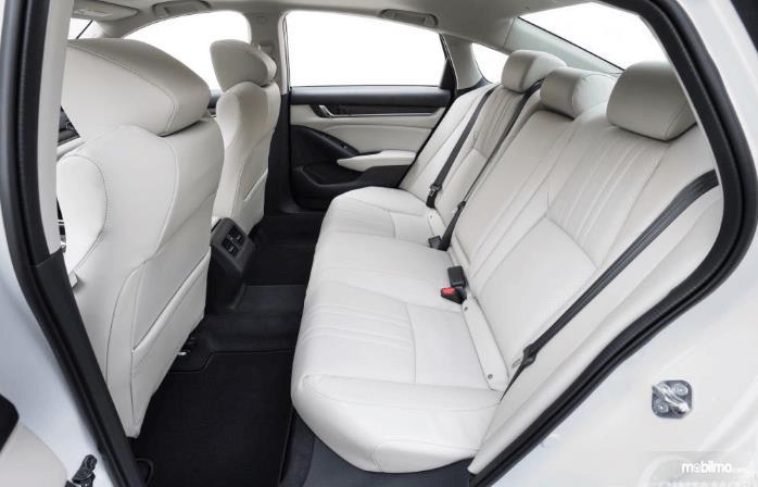 Gambar ini menunjukkan jok mobil Honda Accord Turbo 2019 dengan warna putih