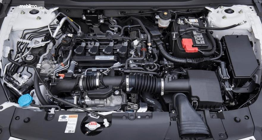 Gambar ini menunjukkan mesin mobil Honda Accord Turbo 2019