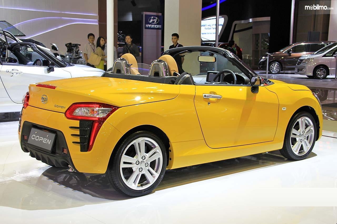 Foto Daihatsu Copen tampak dari samping belakang