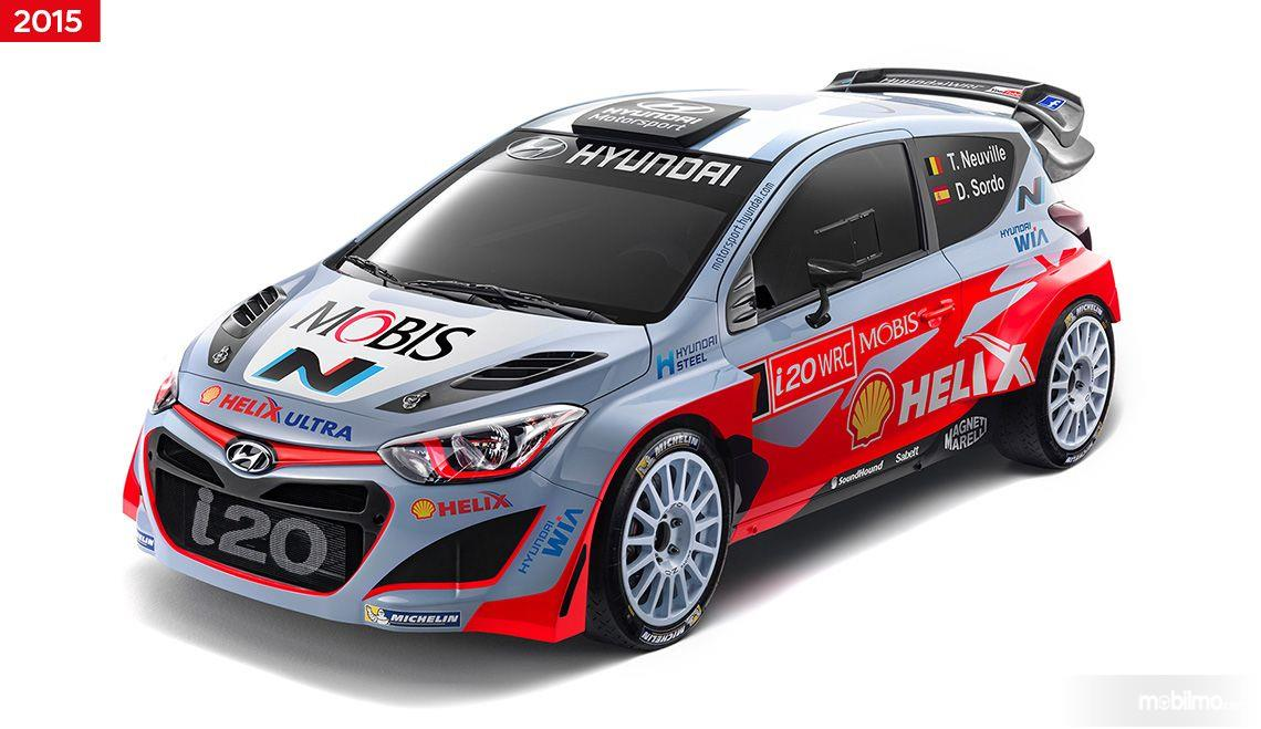 Gambar mobil Hyundai i20 WRC 2015 berwarna bỉu muda dilihat dari sisi depan