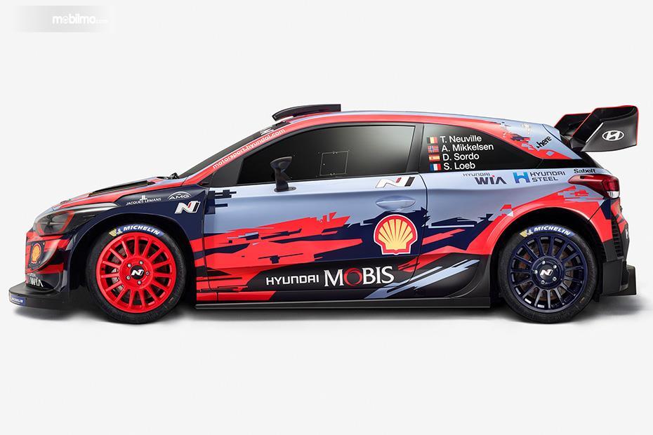 Gambar menunjukkan tampilan samping Hyundai i20 Coupe WRC 2019