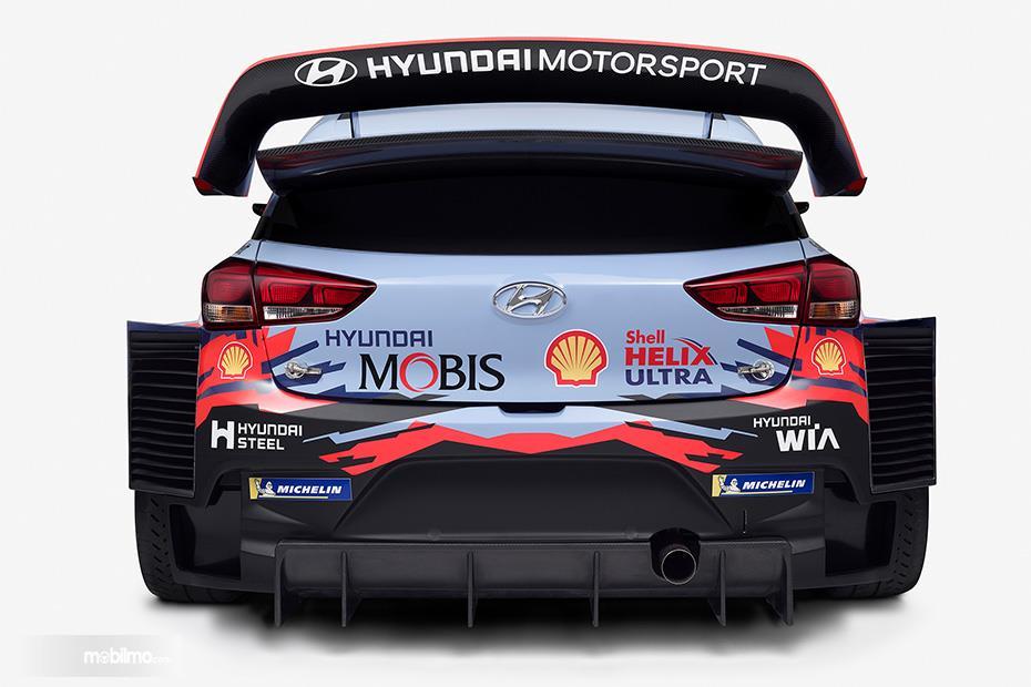 Gambar menunjukkan tampilan belakang Hyundai i20 Coupe WRC 2019