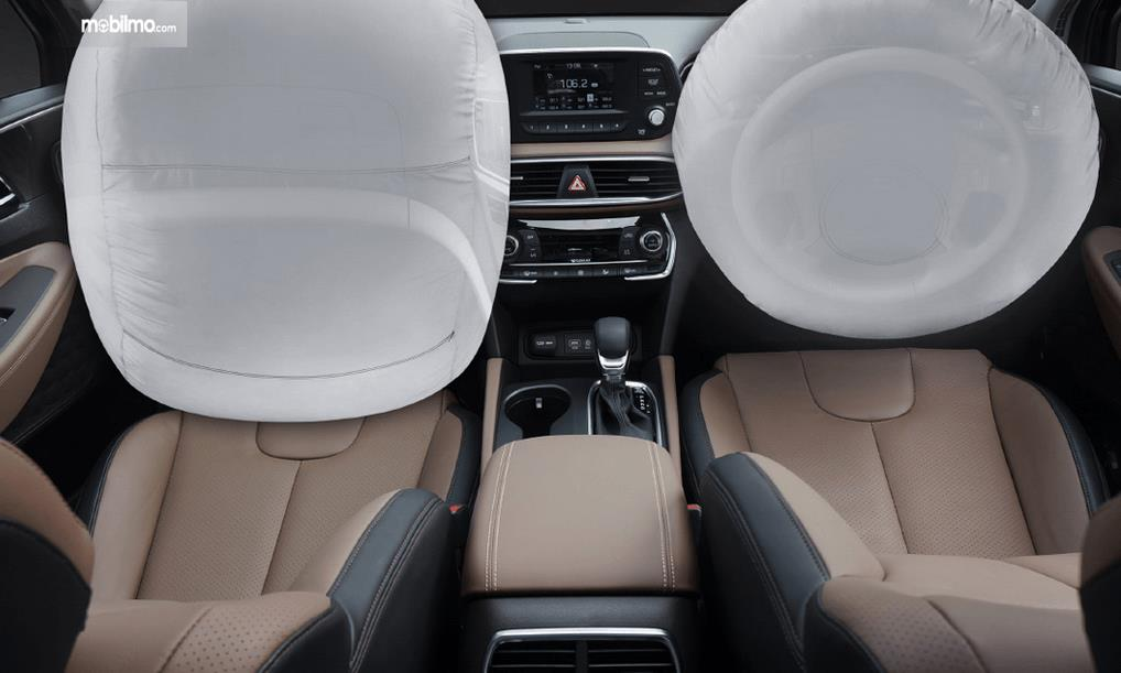 Gambar ini menunjukkan dua airbags yang mengembang pada bagian interior depan Hyundai Santa Fe 2019