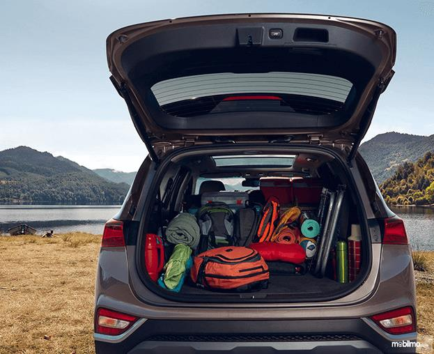 Gambar ini menunjukkan barang bawaan diletakkan di dalam mobil Hyundai Santa Fe 2019