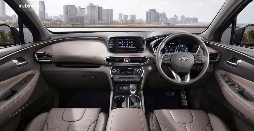 Gambar ini menunjukkan bagian dashboard dan kemudi mobil Hyundai Santa Fe 2019