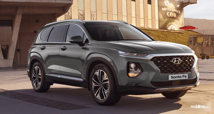 Gambar ini menunjukkan bagian depan dan kanan mobil Hyundai Santa Fe 2019