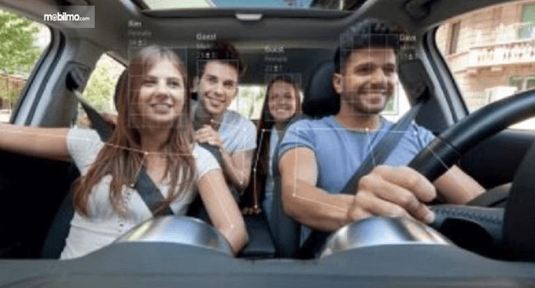 Gambar ini menunjukkan ilustrasi fitur deteksi wajah pada mobil sedang memindai 4 orang dalam mobil