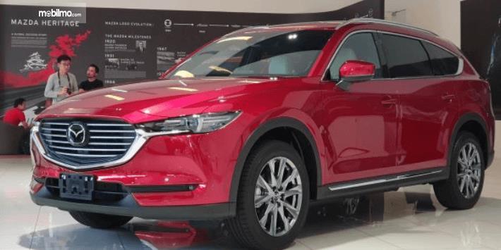Gambar ini menunjukkan Mazda CX-8 terbaru di malaysia dengan warna merah tampak depan dan samping kiri