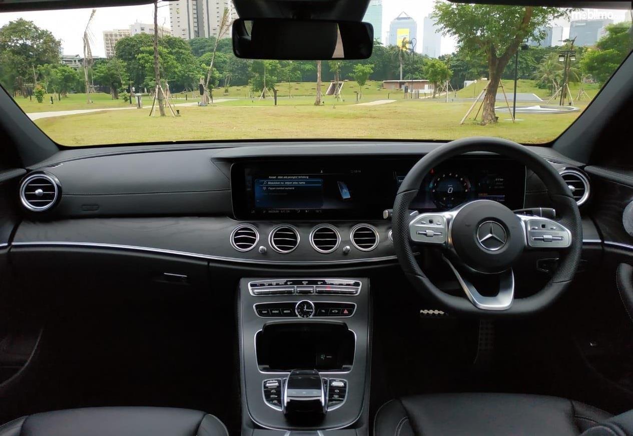 Dashboard Mercedes Benz E 350 EQ 2019 dilengkapi dengan berbagai fitur mumpuni