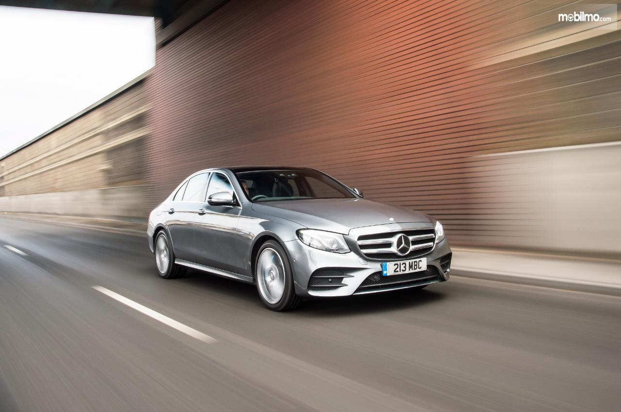 Eksterior depan Mercedes Benz E 350 EQ 2019 dilengkapi lampu utama yang menyatu dengan lampu kabut