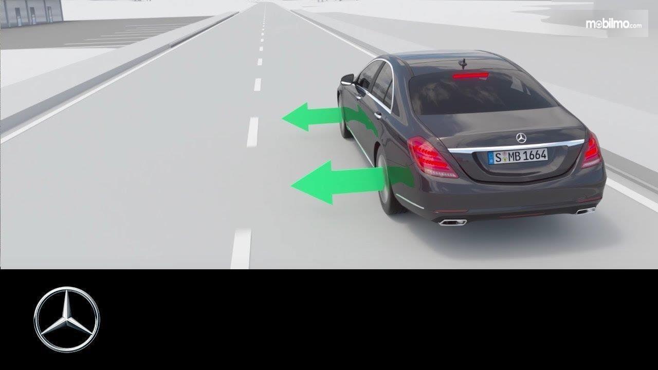 Lane Keeping Assist menjadi hal yang ditawarkan pada Mercedes Benz E 350 EQ 2019