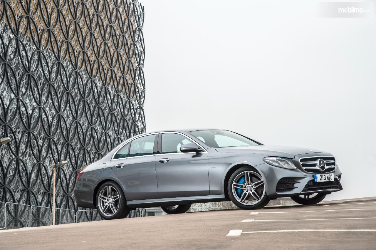 Eksterior samping Mercedes Benz E 350 EQ 2019 terlihat menggoda dengan bodi proporsional