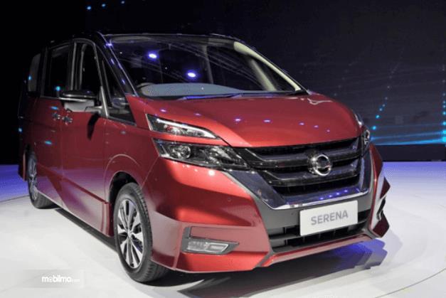 Gambar ini menunjukkan mobil All New Nissan Serena warna merah tampak depan