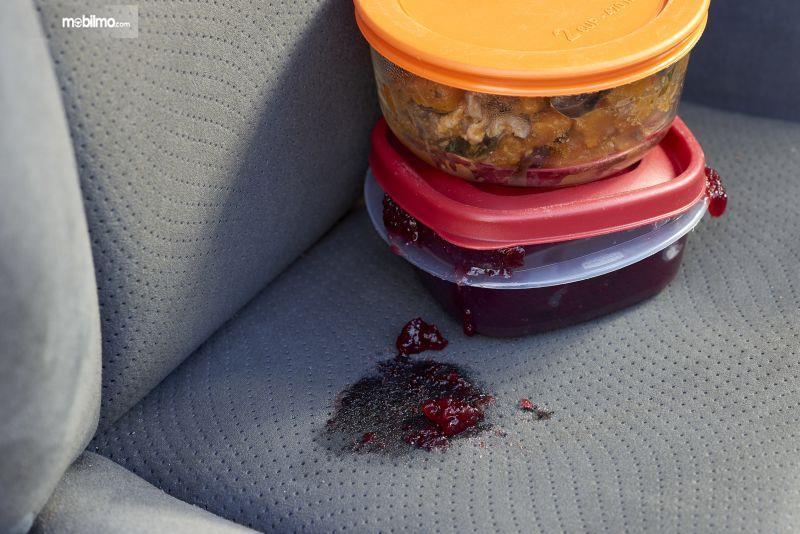Foto jok mobil kotor oleh makanan