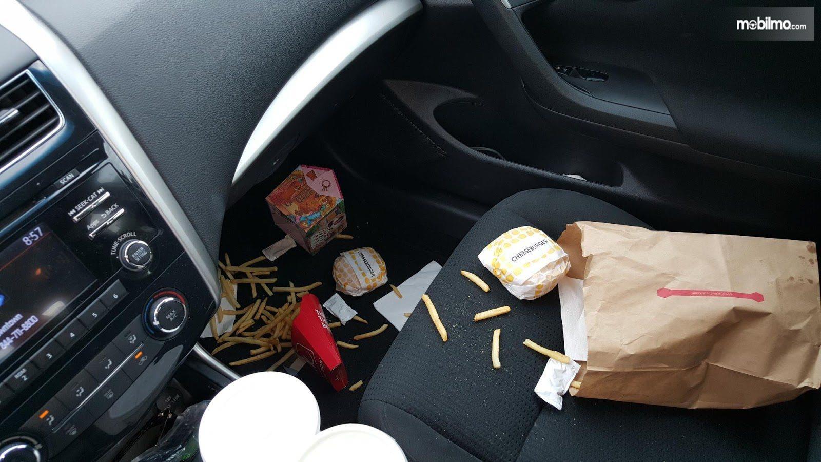 Foto sisa-sisa makanan dalam mobil