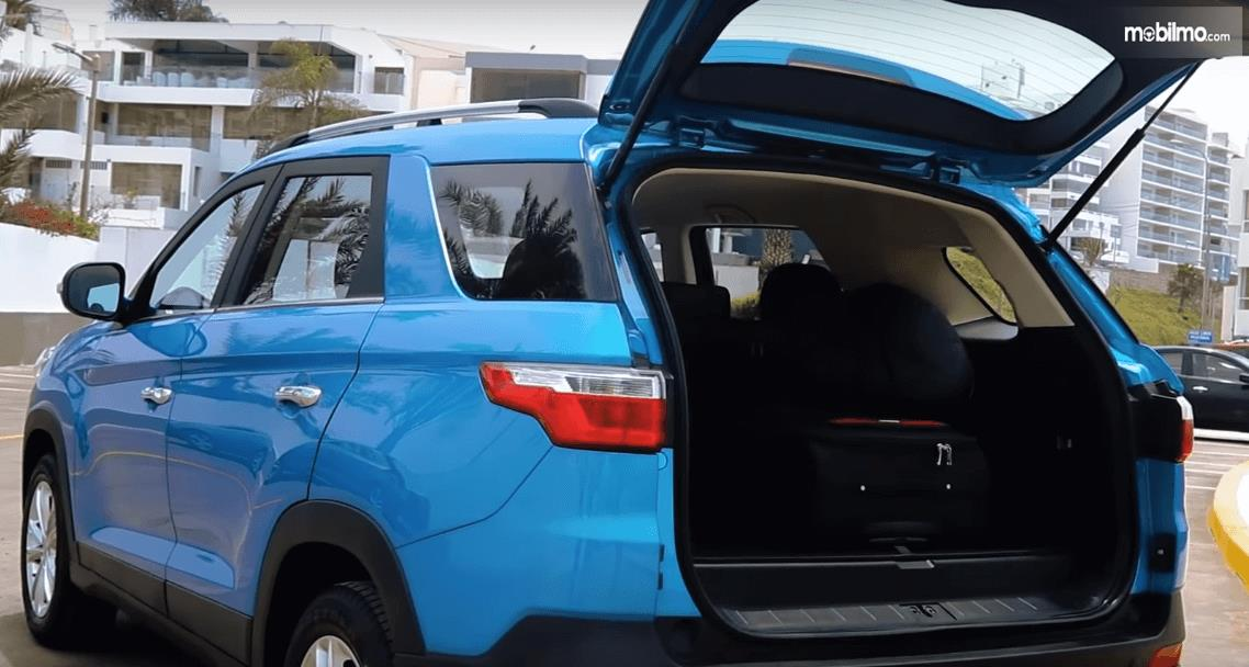 Gambar ini menunjukkan bagasi mobil DFSK Glory 560 2019 dalam keadaan pintu belakang terbuka