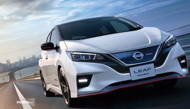 Gambar ini menunjukkan mobil Nissan Leaf warna putih tampak depan
