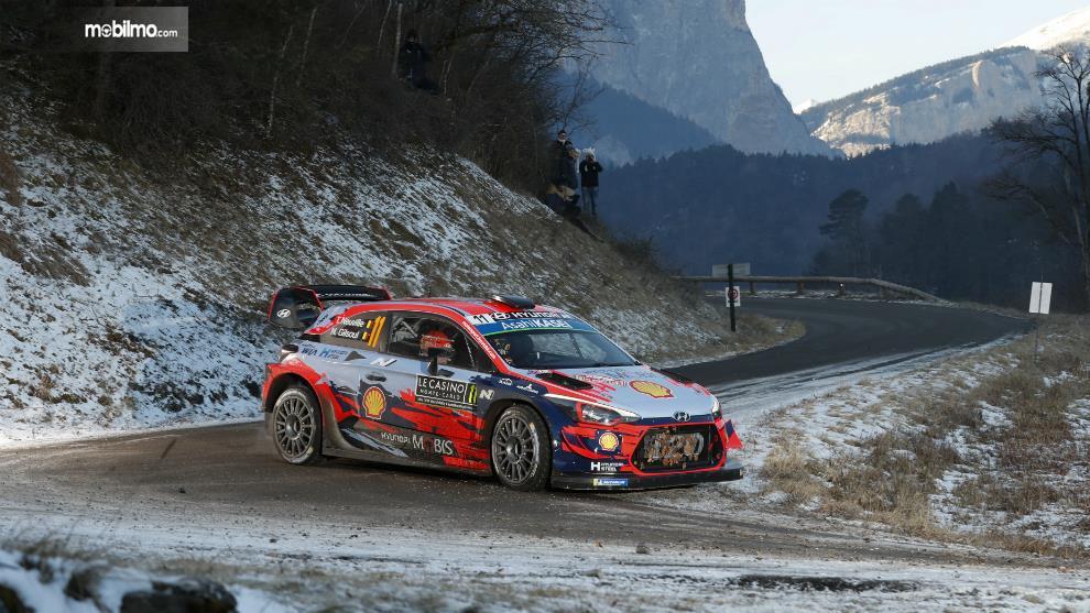 Gambar menunjukkan mobil Hyundai i20 Coupe WRC 2019 In Action