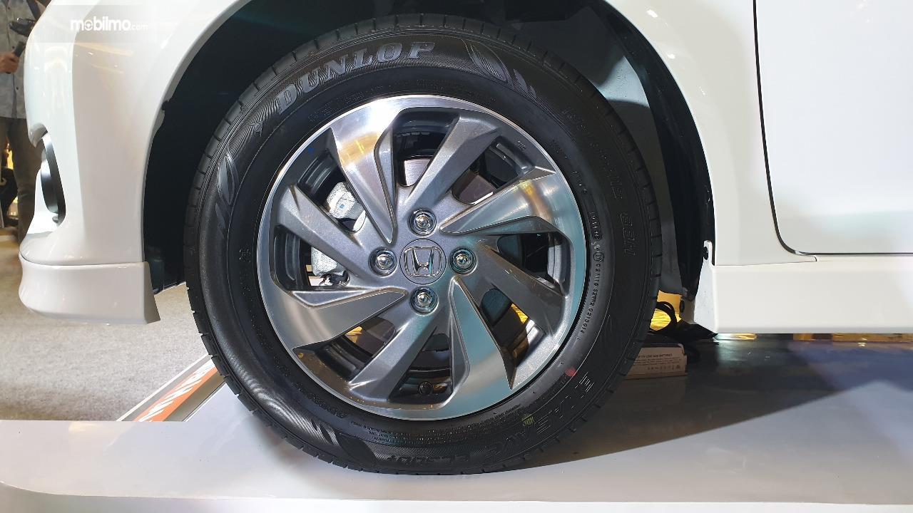 Gambar menunjukkan desain Ban dan pelek New Honda Mobilio E CVT 2019 7904423010