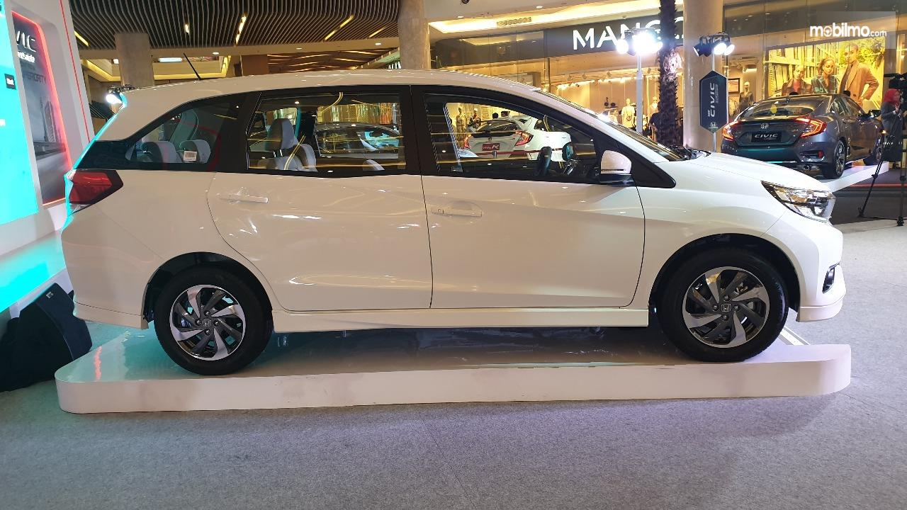 Tampilan samping mobil New Honda Mobilio E CVT 2019 berwarna putih 1317465bd2