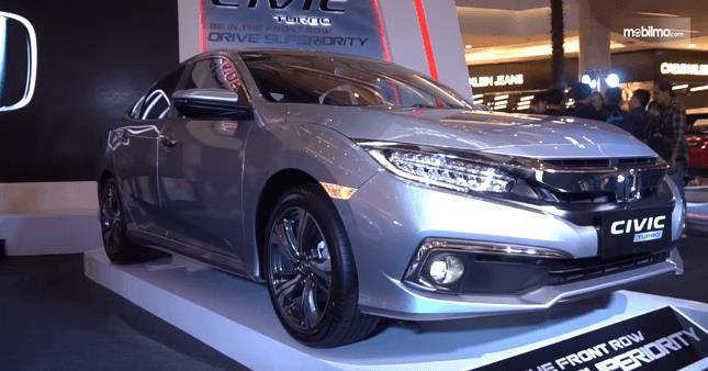 Gambat ini menunjukkan mobil Honda Civic 2019 Turbo tampak bagian depan dan samping kanan