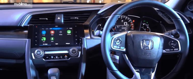 Gambar ini menunjukkan interior depan Honda Civic Turbo 2019 tampak dashboard dan kemudi