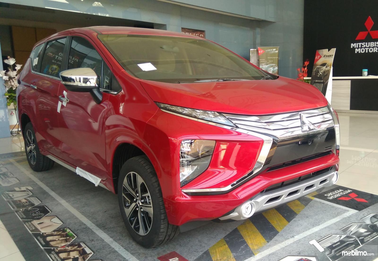 Foto Mitsubishi Xpander warna merah tampak dari samping depan