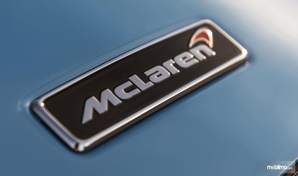 Gambar ini menunjukkan Logo McLaren yang terdapat pada bodi mobil warna biru