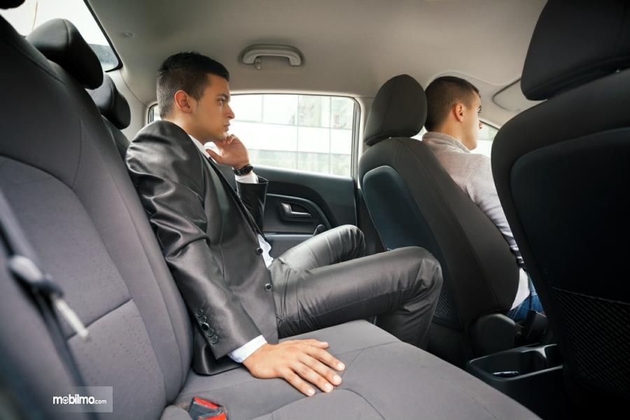 Foto seorang penumpang mobil terlihat gelisah