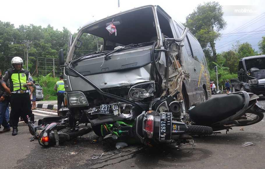 Foto mobil menabrak sepeda motor hingga hancur